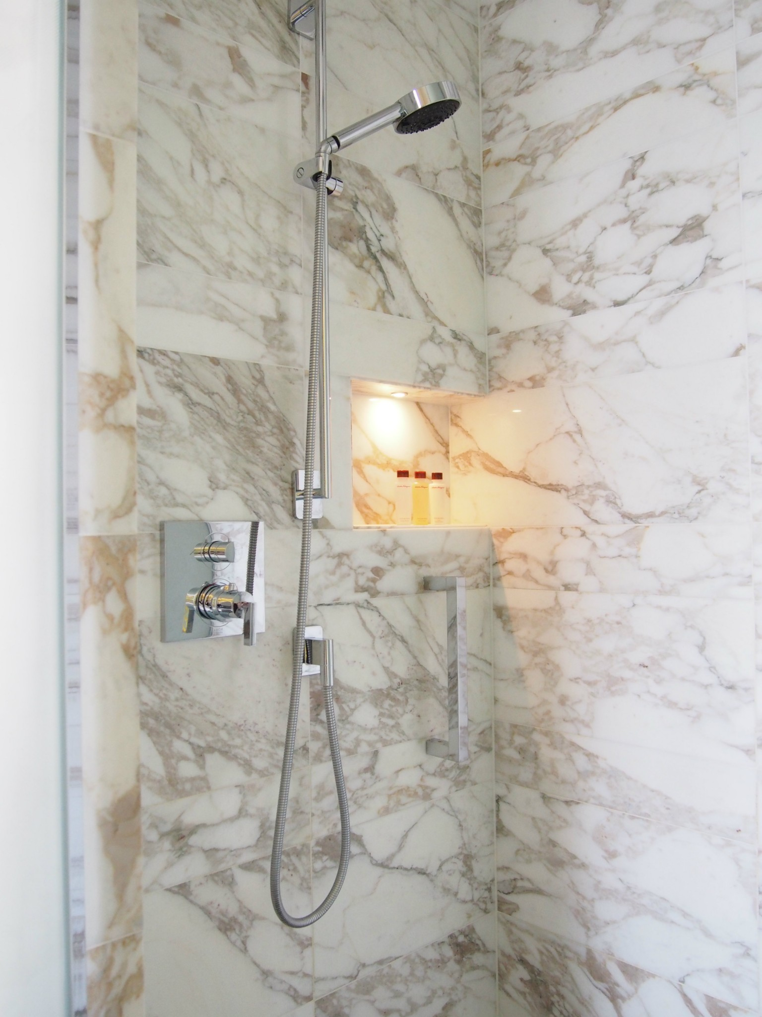 Waldorf Astoria Berlin king junior suite kylpyhuone 5