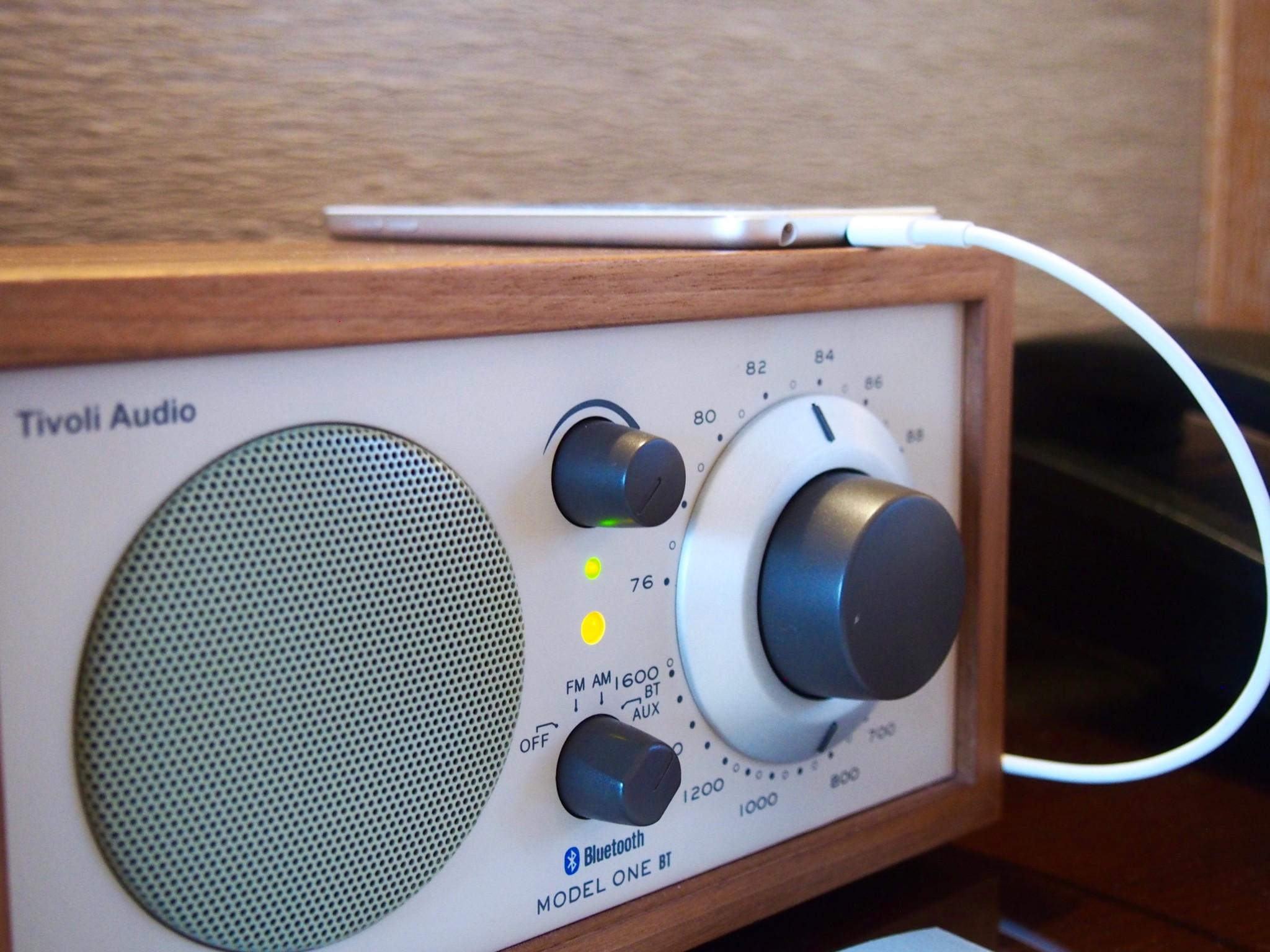 Bluetoothilla varustettu radio ja iPod, joka sisälsi jazz-soittolistoja