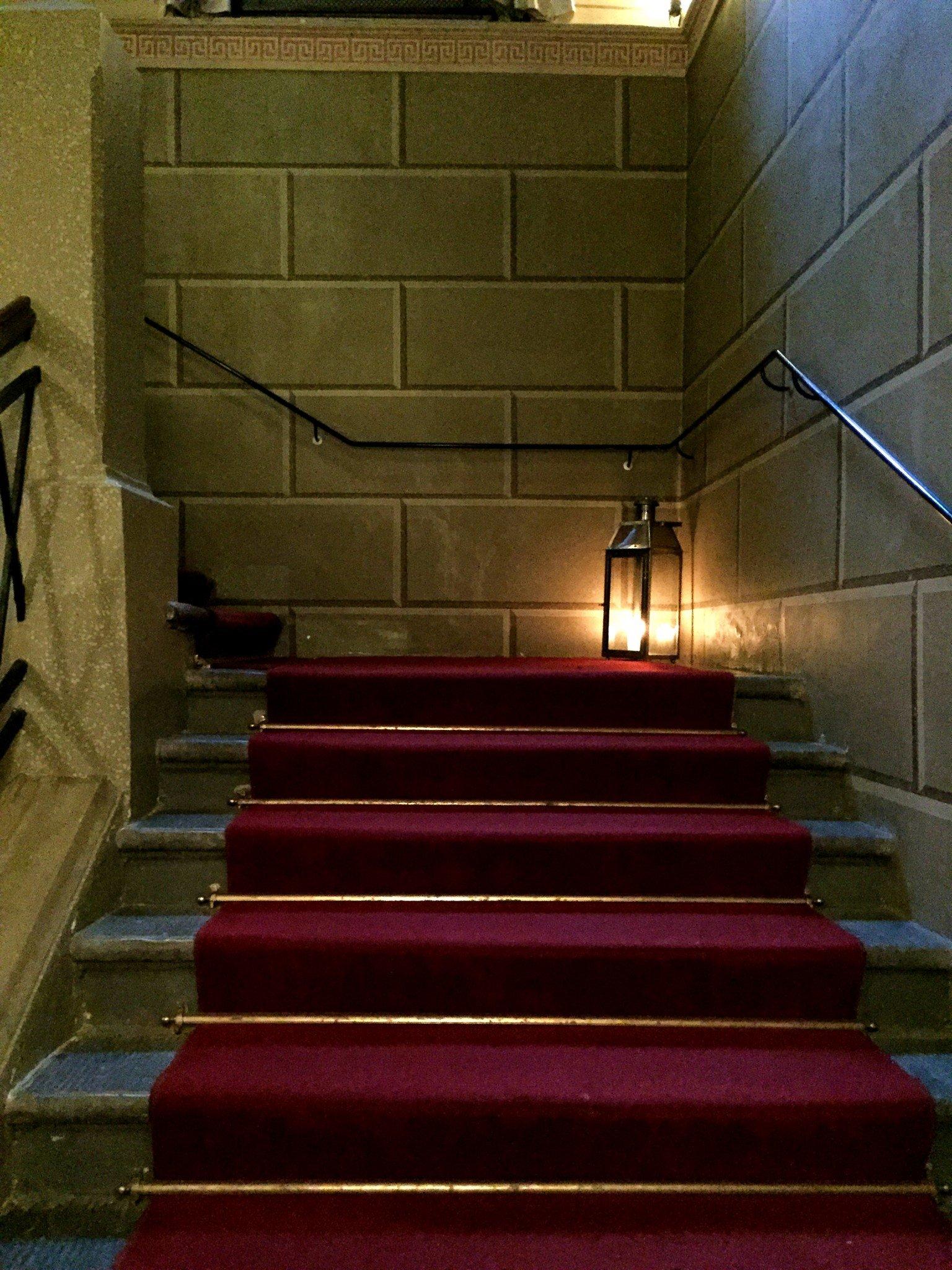 Aamiaistilaan kuljetaan näitä jykeviä portaita pitkin