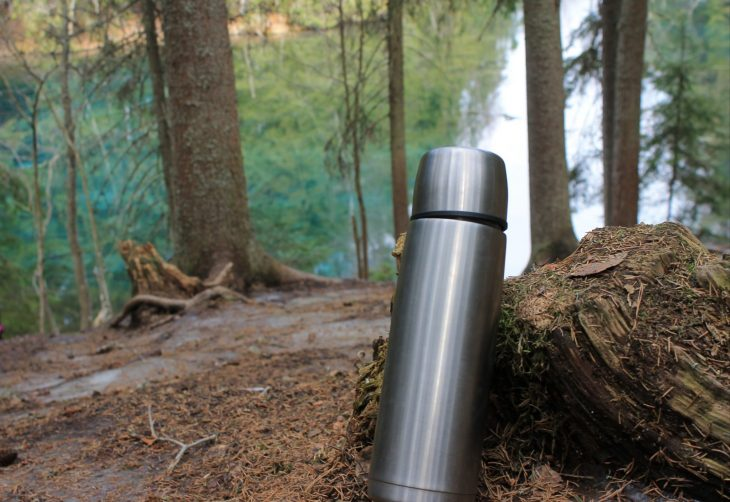 Kuva: Termospullo metsässä