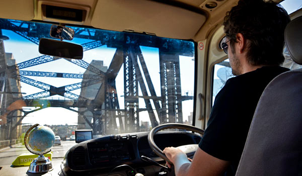 Jani laine kurvailee Harbour Bridgellä