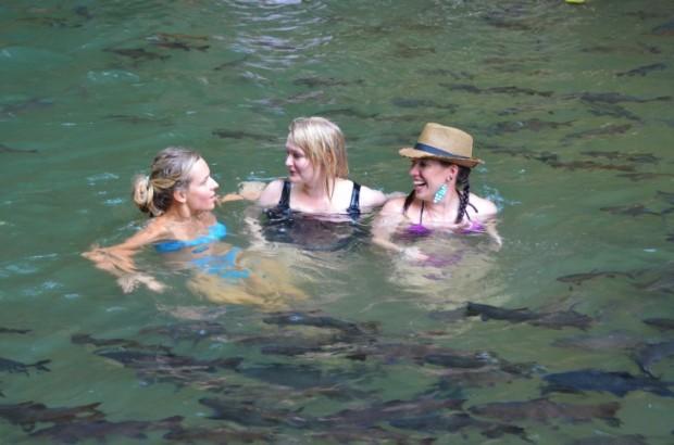 Tytöt kalojen keskellä