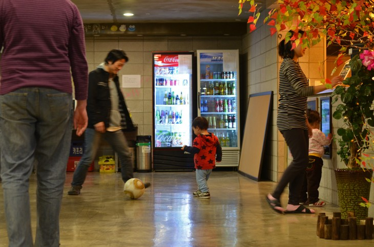 Viimeisen kaupungin majapaikan, Popcorn hostellin omistaja pelaa lastensa kanssa palloa aulassa.