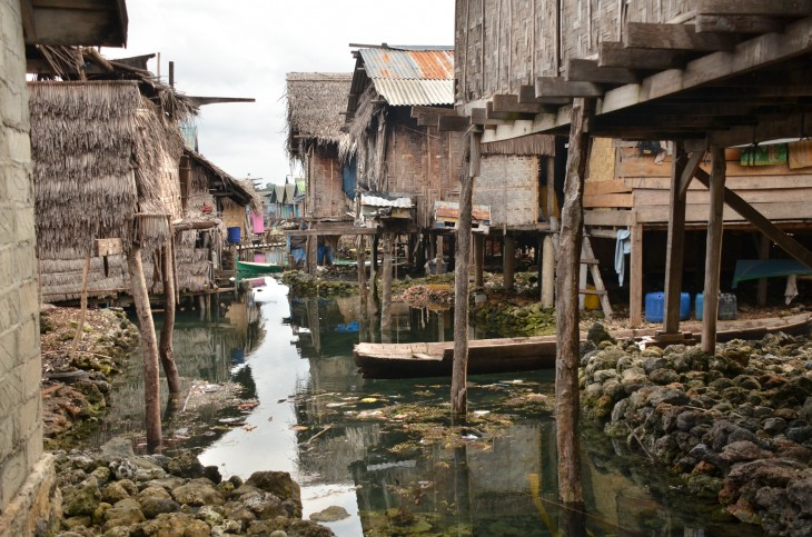 Bajuissa elävät ihmiset luottavat luonnon omaan infrastruktuuriin - mereen. Muovipussien määrä autioilla rannoilla onki sitten lähes Pattayan rantojen veroinen näky.     Bajuissa, eli veden päälle rakennetussa kylässä elävät ihmiset luottavat luonnon omaan infrastruktuuriin - mereen. Muovipussien määrä autioilla rannoilla onki sitten lähes Pattayan rantojen veroinen näky Indonesiassa.