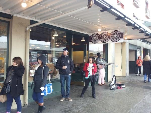Vanhin Starbucks -kahvila. Hiukan joutui kahvia odottelemaan. Aasialaiset kameroineen edessä.