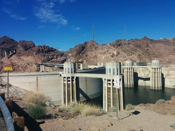 Mennessä kanjonille poikkesimme Hoover Damin -padolle.