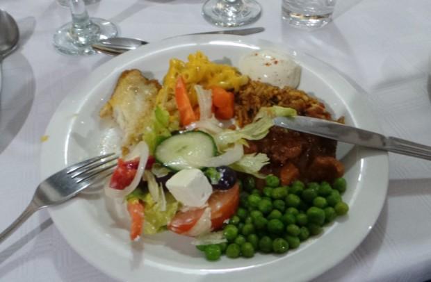 Illallisella oli tarjolla muun muassa paikallista hake-nimistä vaaleaa kalaa sekä currya.