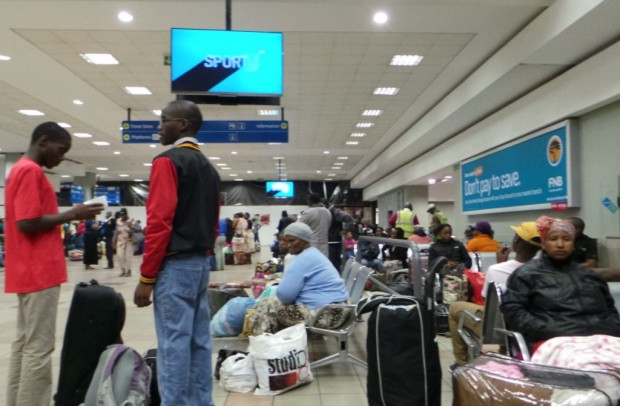 Matkustajat odottamassa junaan pääsyä Durbanin rautatieasemalla.