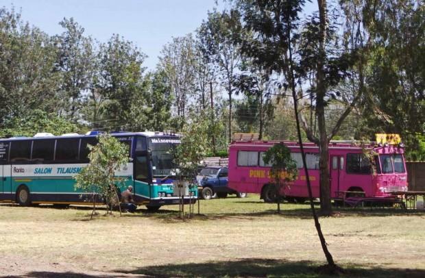 Ajokki Jungle Junctionin parkkipaikalla. Vieressä ruotsalaisen seikkailufirma  Rosa Bussarnan ajoneuvo.