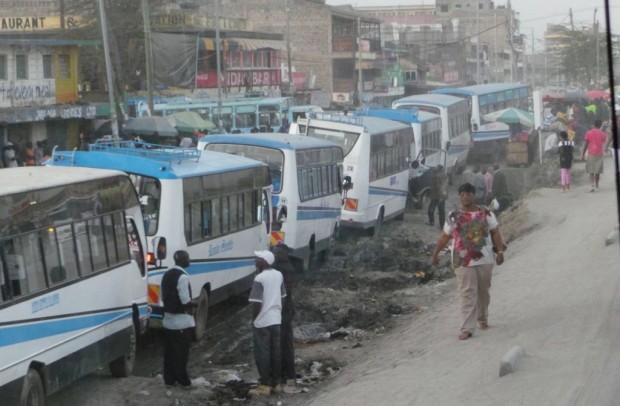Nairobilaisia busseja.