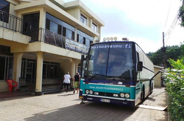Clouds view Hotellin pihaan oli haastavaa päästä ahtauden ja alhaalla roikkuvien sähköjohtojen takia. Paikallinen rouva totesi, että voisi muutama tansanialainen kuljettaja ottaa Janilta oppitunnin parkkeerauksesta.