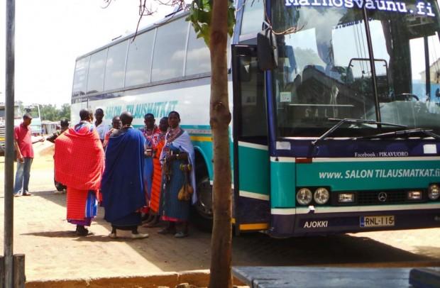 Masai-naiset rajalla odottamassa, että tulemme takaisin bussille.