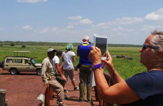 Safariporukka kuvaamassa maisemia. Etuvasemmalla kuljettajamme Denis.