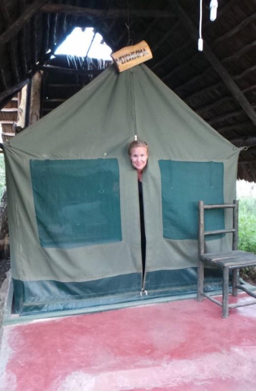 Majapaikkana toimi teltta, jossa oli betonilattia. Teltan takaosan avaamalla pääsi omaan ulkoilma kylppäriin. Sisustuksena teltassa oli vain sänky ja moskiittoverkko.