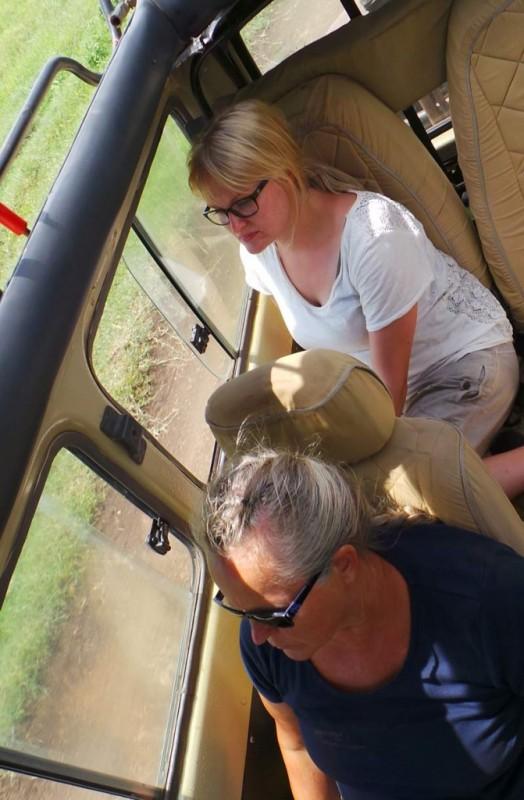 Anne ja Jenna tarkkailemassa maastoa leijonien varalle.