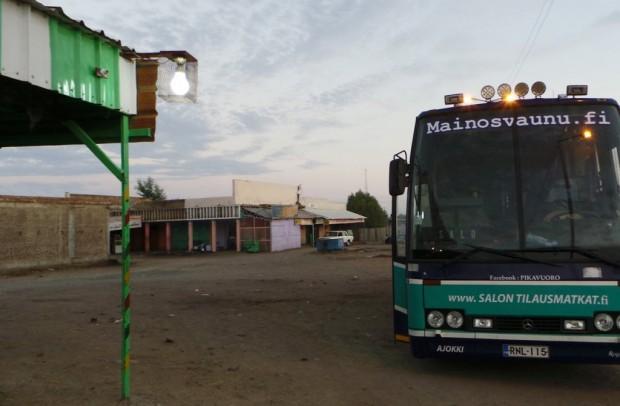 Majapaikka aamunkoitteessa. Markkina-alue oli pölyinen ja kammottavan hajuinen. Haju tunki bussiin ja tarttui vaatteisiin.