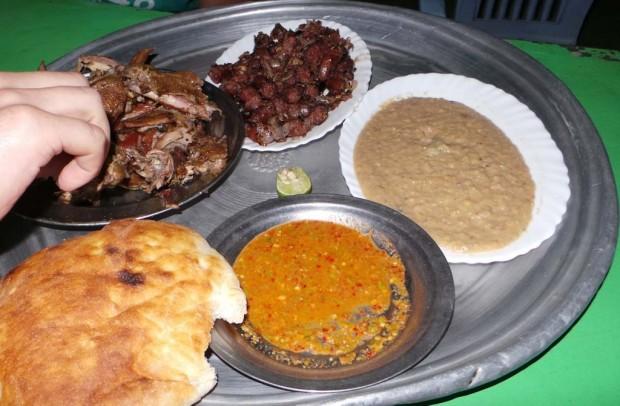 Tyypillinen ateria katukojusta sisälsi kanaa, makkaraa, leipää, linssimössöä ja chilisoosia. Tällä annoksella oli hintaa noin 10e.