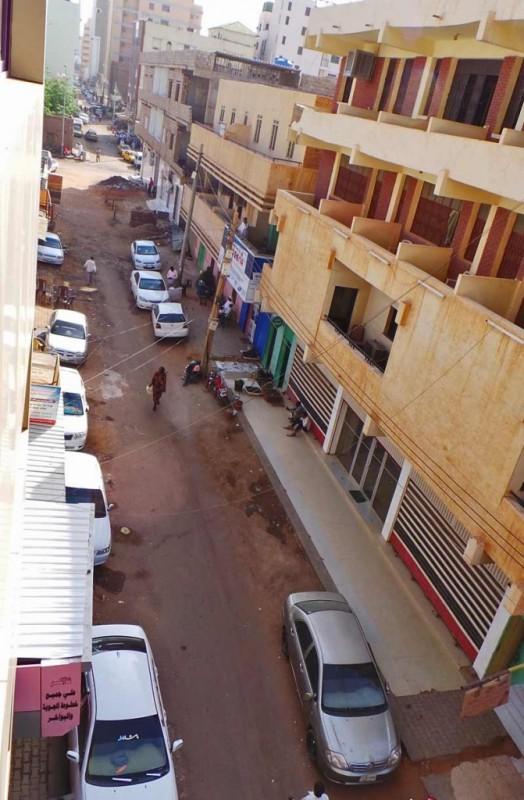 Katunäkymää Khartoumin hotellin ikkunasta.