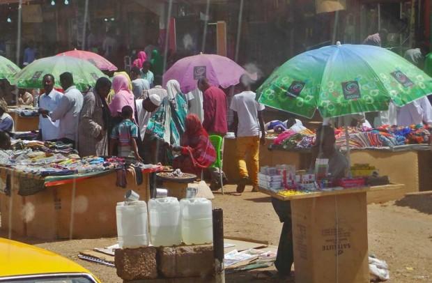 Khartoumin kaduilla myytiin pienistä kojuista ihan kaikkea.