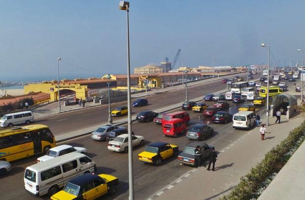 Ajonopeudet Aleksandrian rantakadulla oli niin hurjia, ettei autojen väliin uskaltanut lähteä puikkelehtimaan.