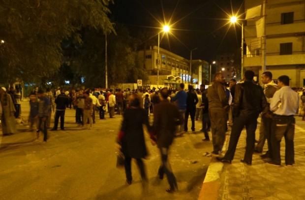 Väkijoukko seisoskeli kaikessa rauhassa räjähdysalueen liepeillä.
