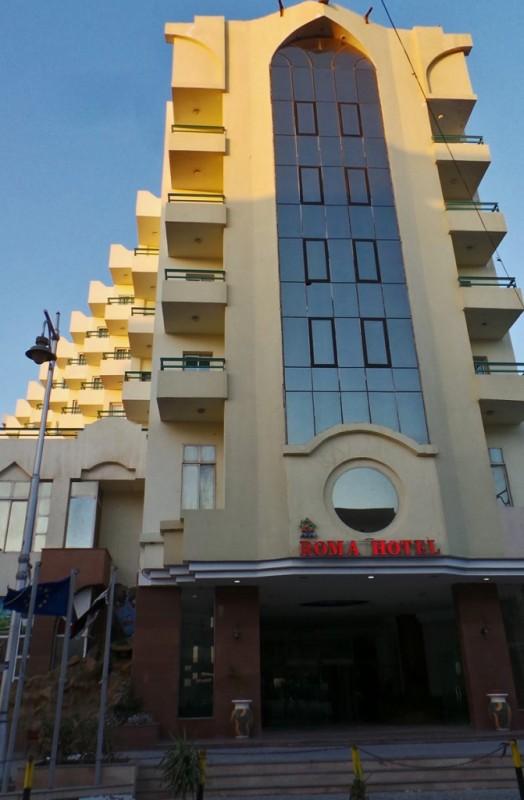 Roma Hotelli sijaitsee Hurghadan sydämessä, kauppojen ja ravintoloiden läheisyydessä. Myös Aurinkomatkojen toimisto näytti olevan naapurissa.