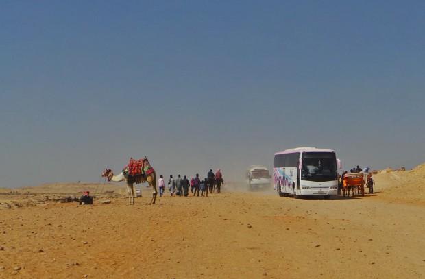 Alueelle saavat ajaa myös autot ja turistibussit. Jollain tavalla moottoriajoneuvot historiallisella alueella häiritsivät.