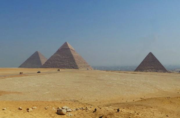 Pyramidien rakennustavasta on esitetty erilaisia teorioita antiikin ajoista saakka. Tähän päivään mennessä stä ei ole yksimielisesti pystytty todistamaan.
