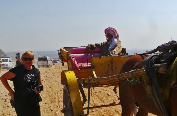 """Sitkeä pappa sai meidät houkuteltua kyytiin ajettuaan ensin pitkään vieressämme. Hänen hevosensa oli hyvin hoidettu. Hän myös totesi yhdestä eläinparkaa hakanneesta miehestä """"not a good man""""."""