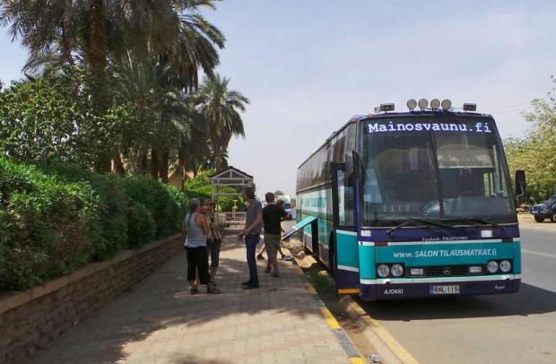 Bussi siivottiin Coral Hotellin edessä ennen lähtöä.