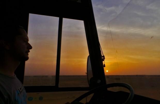Aavikon auringonlaskut ovat melkein kauniimpia kuin merellä. Punaisen ja keltaisen eri sävyt hehkuvat hiekasta tavalla, jolle valokuvat eivät ikävä kyllä tee oikeutta.