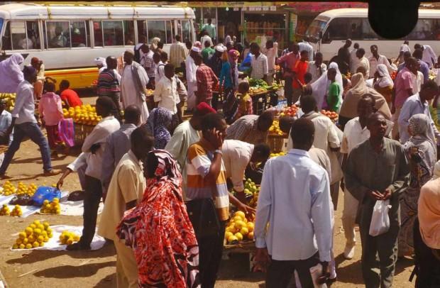 Tienvarsien vilinää Khartoumissa.