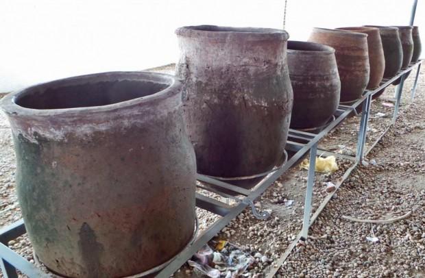 Jokapuolella Sudania löytyi suuria ruukkuja, joissa oli juomavettä.