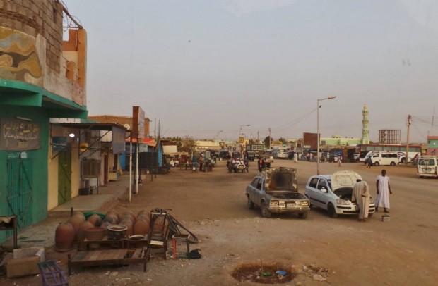Wahi Halfan rajakaupunki osoittautui varsin kehittymättömäksi paikaksi. Koko kaupungissa ei esimerkiksi ollut suihkua ollenkaan.