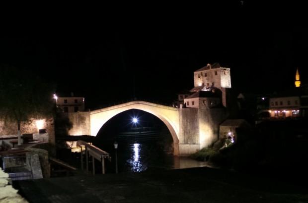 Mostarin silta iltavalaistuksessa.
