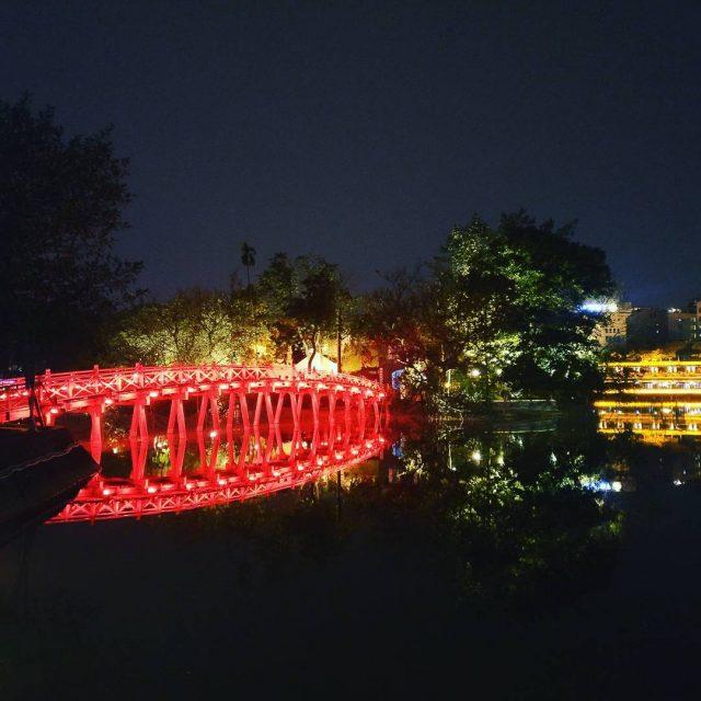 Punaisena hohtava silta johtaa temppelille hanoi vietnam ngocsontemple