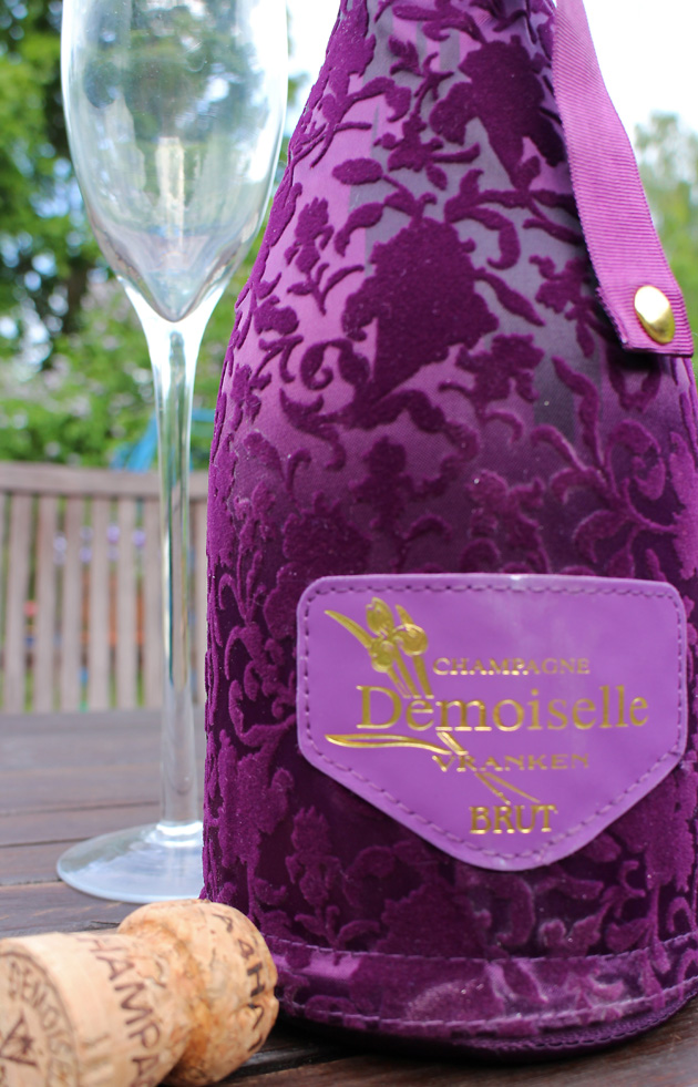 Ranskantuliainen: pullo juhlapukuista samppanjaa. Samettia oli makukin.