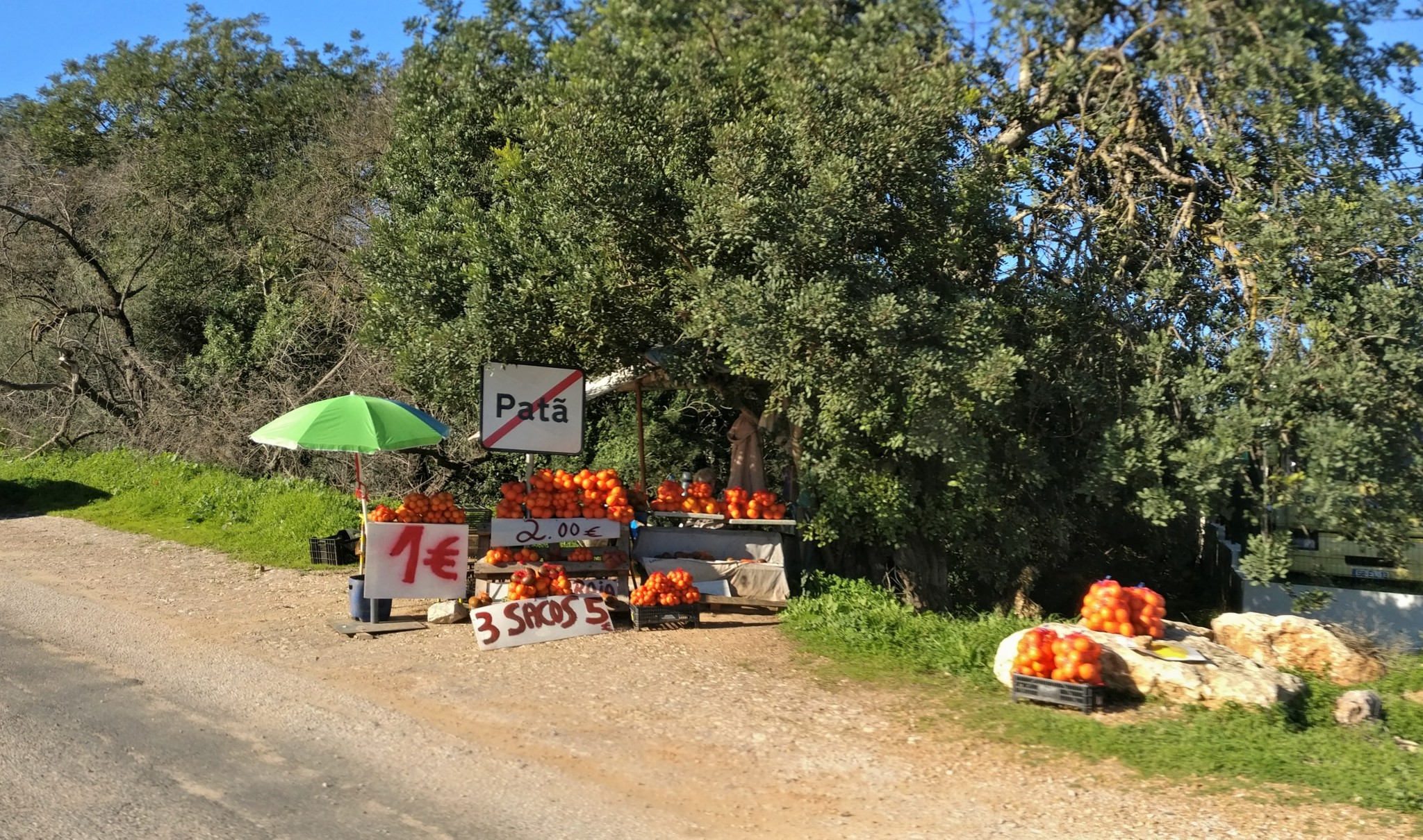Appelsiini myyjät tien varsilla