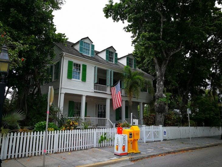 Puutalo Key Westissa, lauta-aita ja amerikanlippu