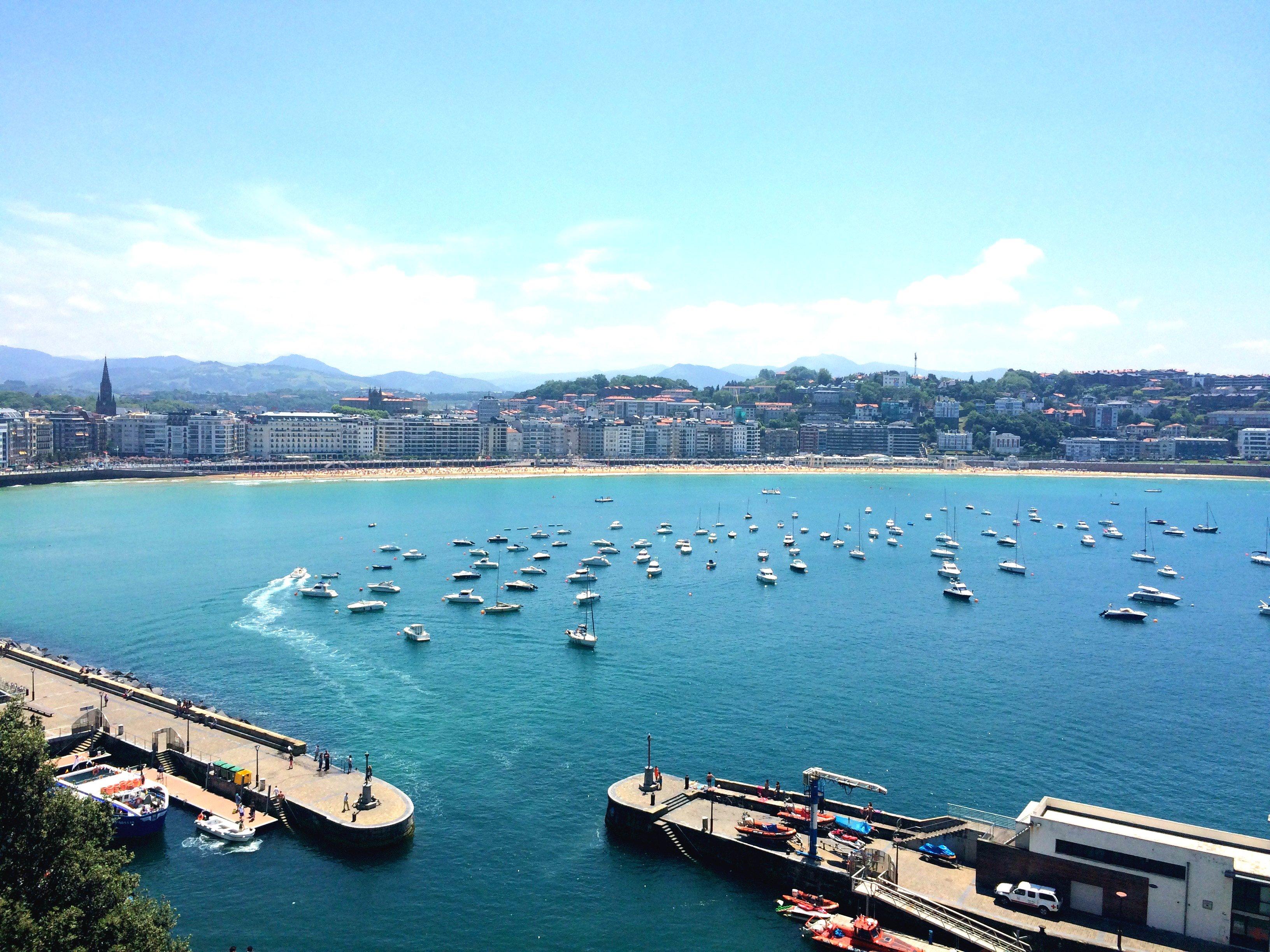 Kaunis merimaisema ja paljon veneita