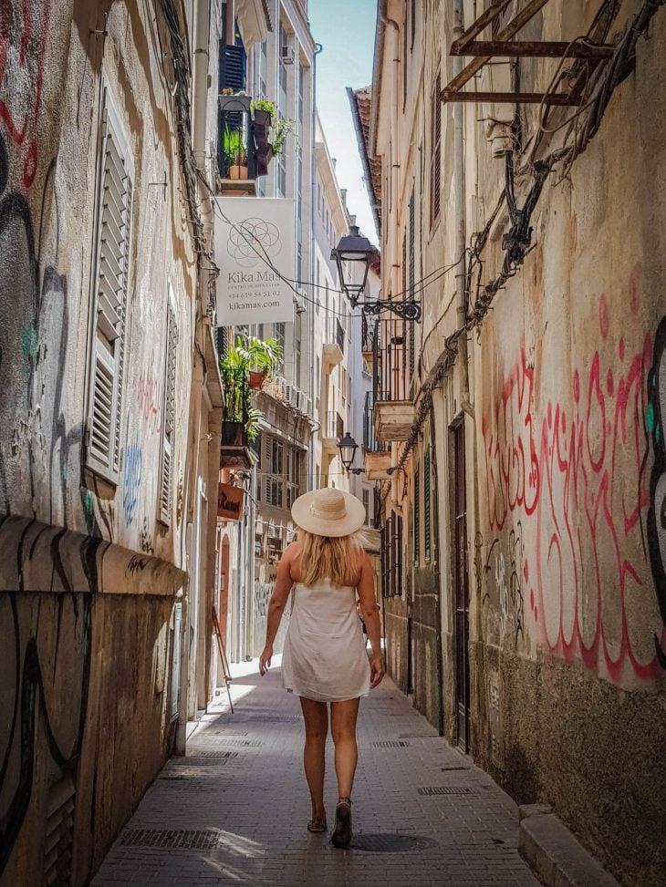 Tytto kavelee kujalla espanjassa