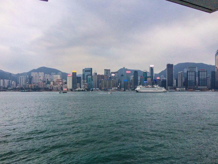 hongkong satama horisontissa pilvepiirtäjiä