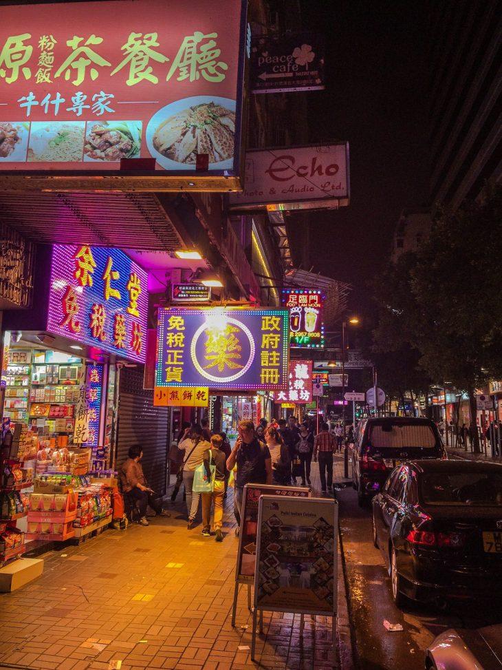 katukuva kiinassa jossa paljon neonvalokylttejä