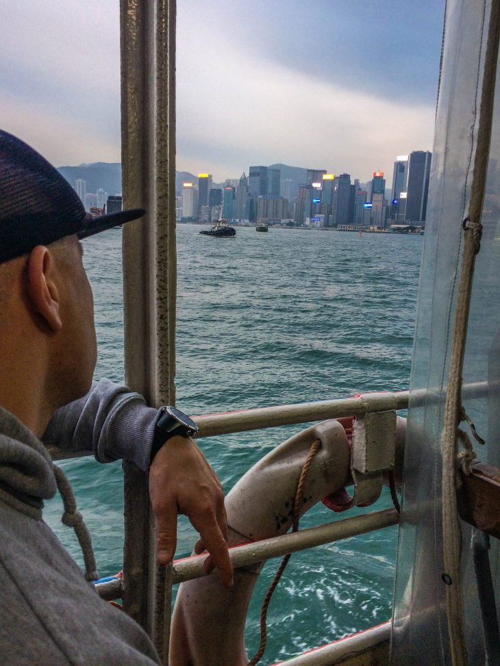 hongkong satama mies istuu laivassa
