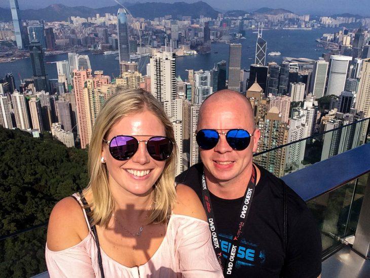 nainen ja mies ottavat selfie kuvaa vuorella