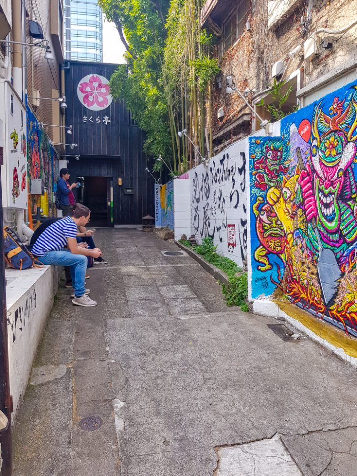 Graffitti seinat kujalla.