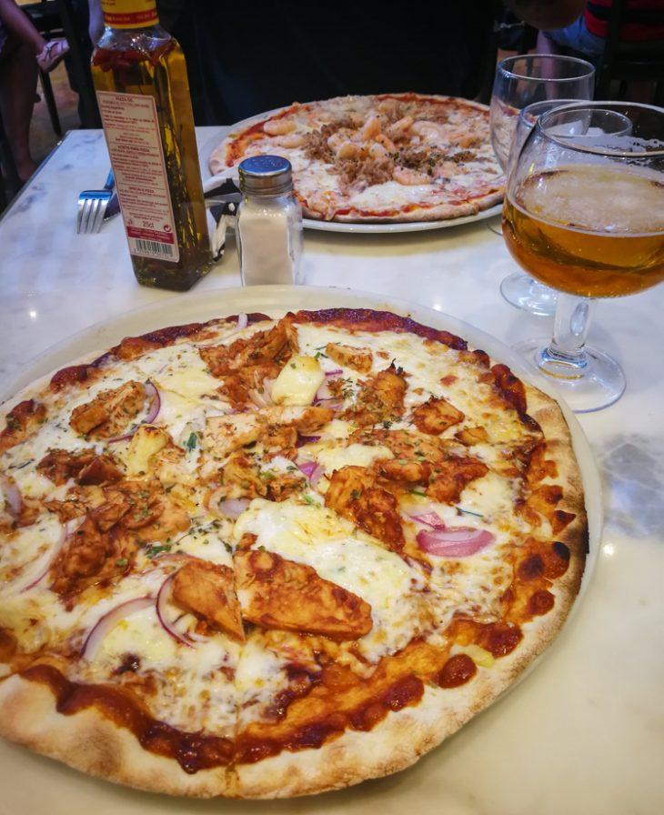 pizzat ravintolan poydassa ja kaksi olutlasia