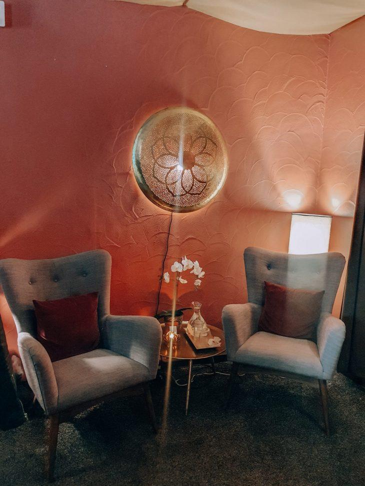 nojatuolit ja pöytä thaihieronta paikassa