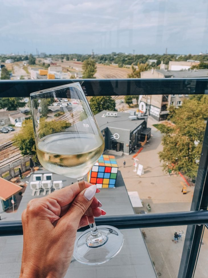 Lasi viiniä Fotografiskan kattoravintolassa