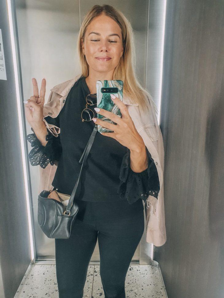 Tyttö ottaa hississä selfien